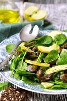 salade van babyspinazie met runderlever en appel.