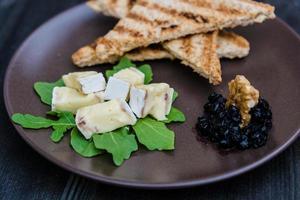 mermelada de queso, nueces, tostadas y arándanos foto