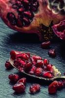 pedaços e grãos de romã madura. sementes de romã.
