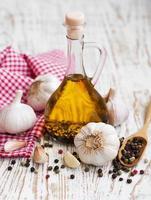 aceite de oliva, ajo y pimienta foto