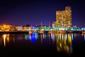 Marina y edificio de apartamentos en la noche en Baltimore, Maryland. foto
