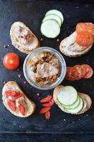 Plato de fiesta con sándwiches con paté y verduras. en frasco foto