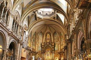 Interior de la basílica en la abadía benedictina de santa maría, españa