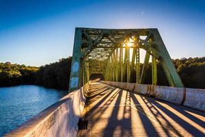 puesta de sol en un puente sobre el embalse de prettyboy, en el condado de baltimore