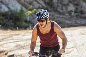 hombre atleta ciclismo en bicicleta