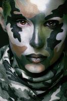 mooie jonge maniervrouw met militaire stijlkleding en gezicht