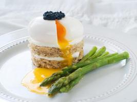 pan con huevo escalfado con espárragos foto