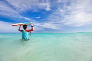niño con tabla de surf