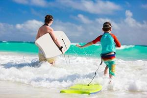 diversão na praia da família