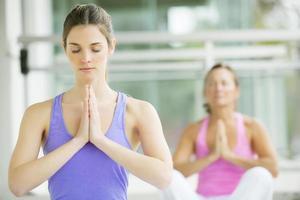 mujeres haciendo yoga foto