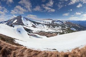 hermoso paisaje de primavera en las montañas foto