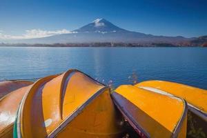 Fuji de montaña con botes de remos amarillos