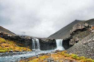 Hermoso paisaje con montañas y cascada. foto