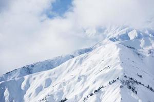 montanhas de inverno com neve.