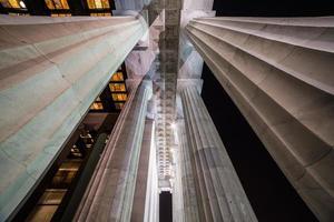 colunas memoráveis à noite