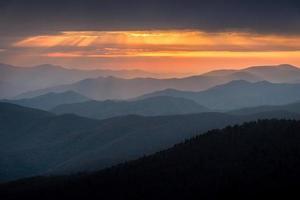 puesta de sol de grandes montañas humeantes