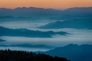amanecer de montañas humeantes