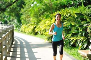 joven mujer asiática corriendo foto