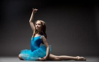pequeña bailarina encantadora inspirada bailando en estudio foto