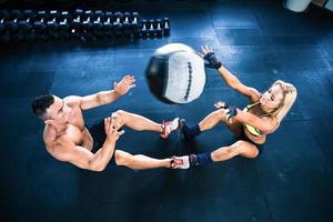 gespierde man en vrouw training met fitball