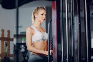 hermosa rubia haciendo ejercicios de gimnasio foto