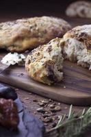 Pain aux graines, noix, fromage, olive et tomate séchée