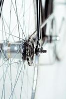 bicicleta elegante isolada no branco