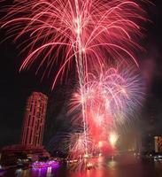Vista nocturna y fuegos artificiales en Bangkok, Tailandia foto