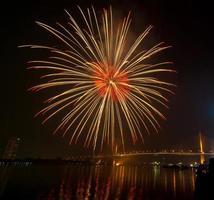 Feliz año nuevo escena nocturna de fuegos artificiales, paisaje urbano de Bangkok