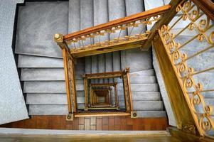 escaleras del hotel desde el ático.