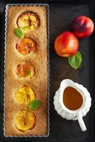 tarta de nectarina y almendras con salsa de naranja