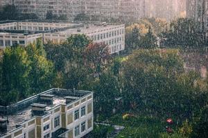 gotas de lluvia sobre la ciudad