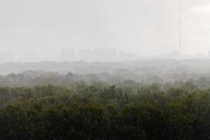 fuerte lluvia en día de verano foto