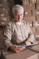 trabajador de almacén con tableta digital