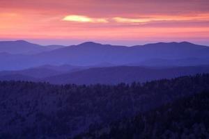 puesta de sol de montaña humeante
