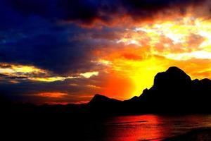 puesta de sol de las islas de komodo foto