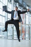 feliz empresário pula no ar