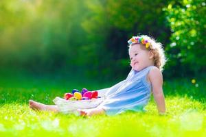 hermosa niña en búsqueda de huevos de pascua foto