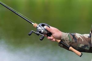 Spinning reel and casting