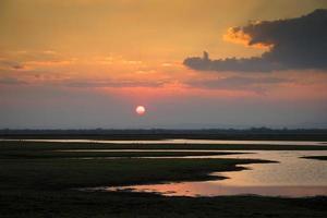 pôr do sol sobre o parque nacional da gorongosa