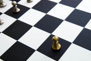 juego de ajedrez: peón solo frente al tablero de ajedrez foto
