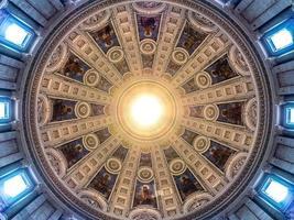 Cúpula circular de sellado de la iglesia con los doce apóstoles (marb foto