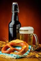 bretzel y cerveza foto