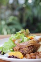 pato confitado, pato asado con salsa de arándanos