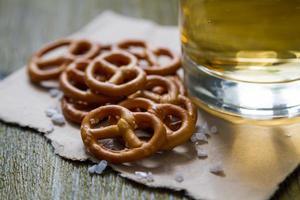 pretzels con sal sobre fondo de madera foto