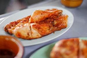 pollo a la parrilla en un plato foto
