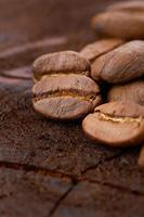 grãos de café sobre fundo madeira