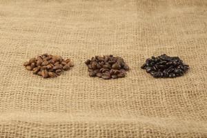 diferentes grados de tostado de granos de café foto