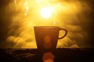 siluetas de café de la mañana en el lago. foto