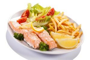 salmón asado, papas fritas y verduras